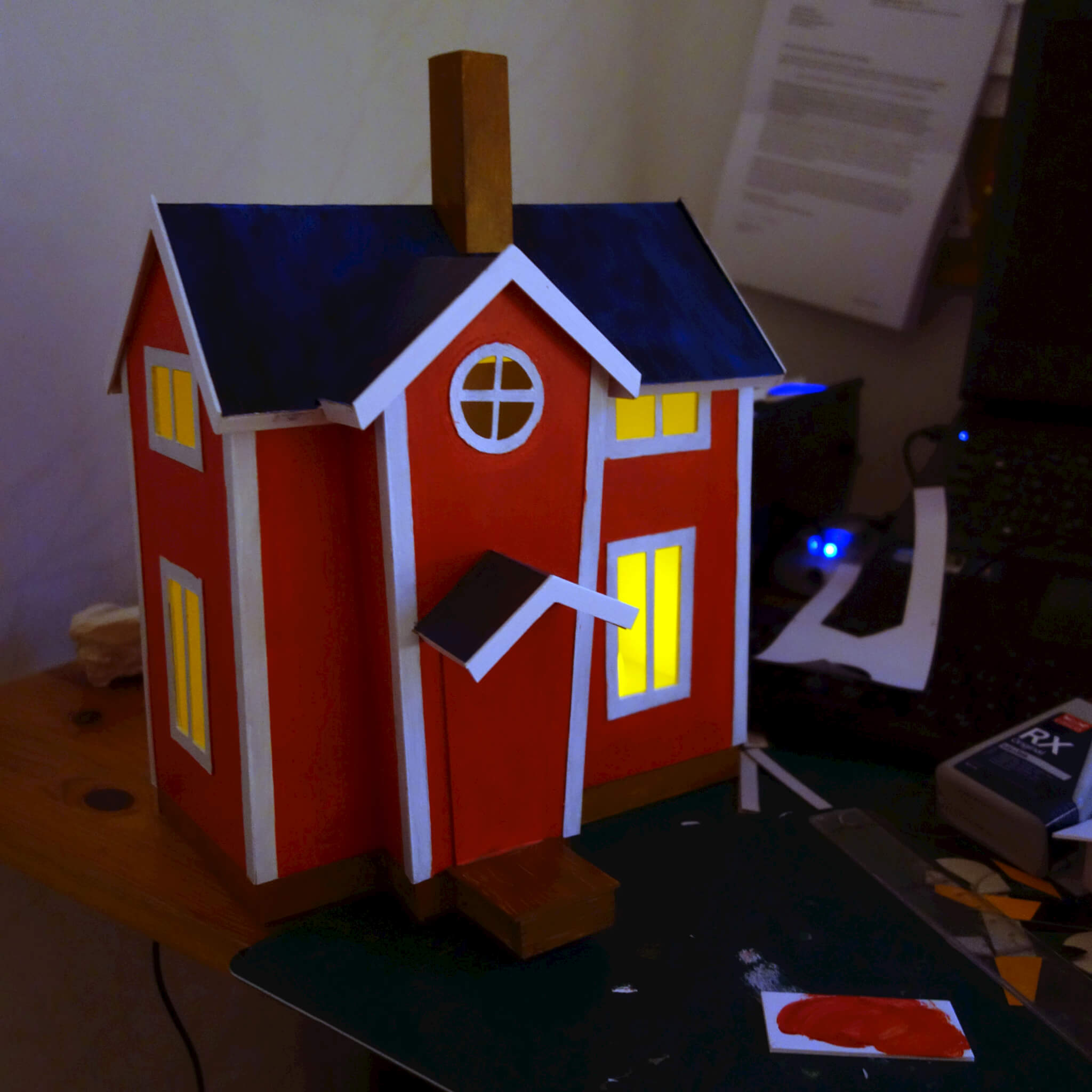 Pikkus hus med färg och lite belysning